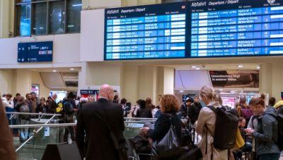 Reisende warten im Bahnhof Hannover